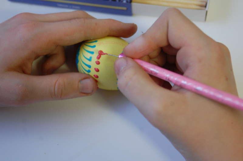 malujeme pomocí hrotu špendlíku, který máme na tužce