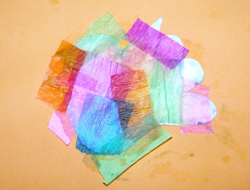 krepový papír můžeme potřít vodou, aby pořádně na ptáčkovi přilnul