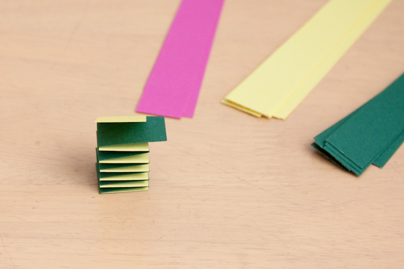 hotová harmonika, přebytečné části papíru zastřihneme