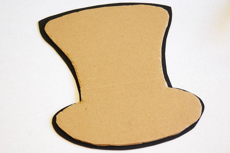 obstřihlý karton nalepíme na černý klobouk