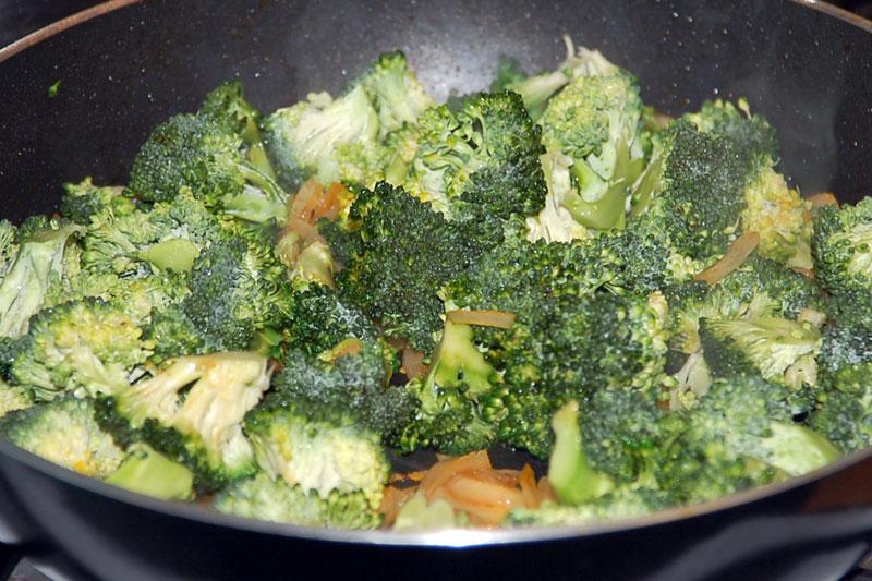 brokolici přidáme k cibulce a osmahneme