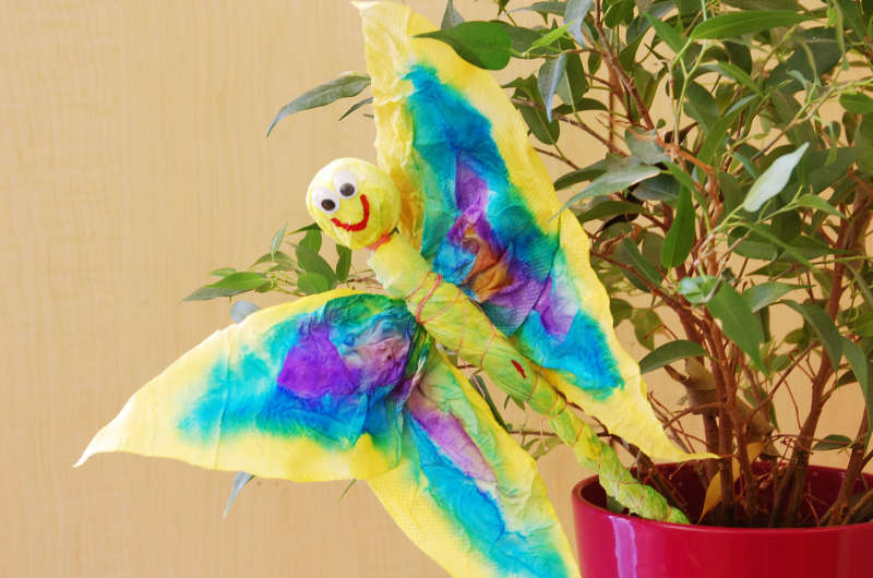 Jarní tvoření – pestře zbarvený motýl