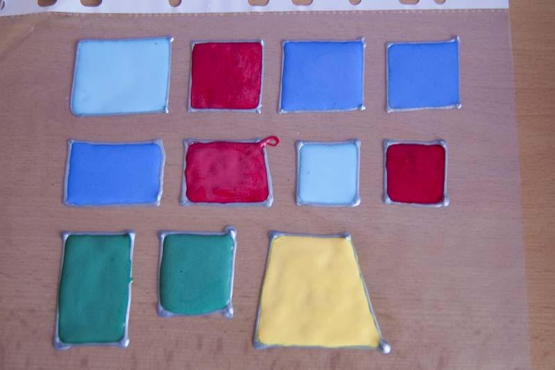 po zaschnutí kontury naneseme barvy a necháme dobře proschnout